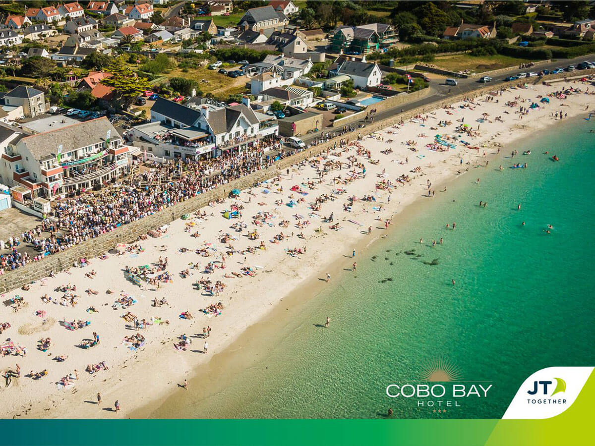 Crowds at Cobo Bay for balcony gigs